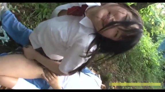 【本物レイプ動画】凶悪注意!制服姿の中〇生少女を茂みに連れ込んで青姦強姦!