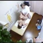 【本物レイプ動画】マッサージの施療の流れで手マンで潮吹かされた巨乳妻が変態整体師に陵辱される一部始終を隠し撮りw