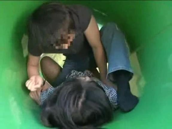 【本物レイプ動画】白昼堂々の犯行!公園でレイプ魔に襲われ種付けレイプされた女子大生・・・