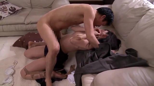 【本物レイプ動画】純粋な人妻が自宅に来たセールスマンに押し倒されてレイプされてしまい・・・