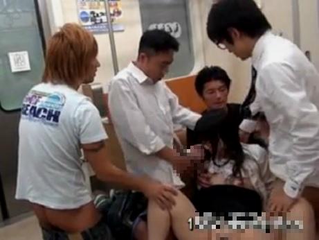 【本物レイプ動画】大人しいOLが電車内でヤクザに因縁つけられて集団レ○プされる一部始終・・・