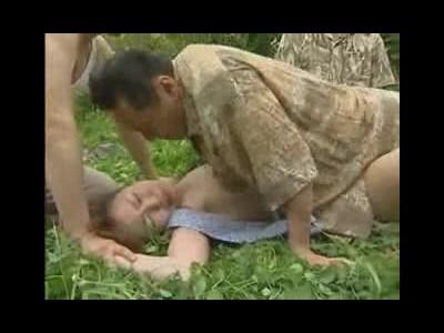 【本物レイプ動画】農道を一人歩く人妻を田舎ヤ〇ザが輪姦陵辱!手足を抑えつけられ肉棒3本で連続中出し・・・