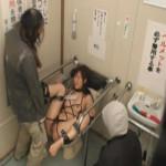 【本物レイプ動画】公衆便所に手足を縛り付けられた肉肉便器女が浮浪にい膣内射精強姦されてしまう…
