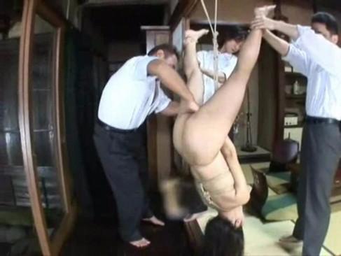 【本物レイプ動画】人妻吊るして未使用アナルにおもちゃをブチ込む変態レイプ!